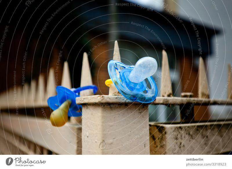 Zwei Nuckel aufbewahren Baby Fundstelle Fundstück finden Grundstück Kind Kindergarten Kleinkind Schnuller sauger verloren Zaun Grenze Begrenzung Menschenleer