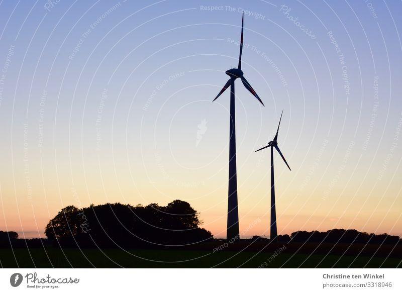 Zwei Windkraftanlagen im Sonnenuntergang / Sonnenaufgang Technik & Technologie Fortschritt Zukunft klimaneutral Energiewirtschaft Klima Erneuerbare Energie