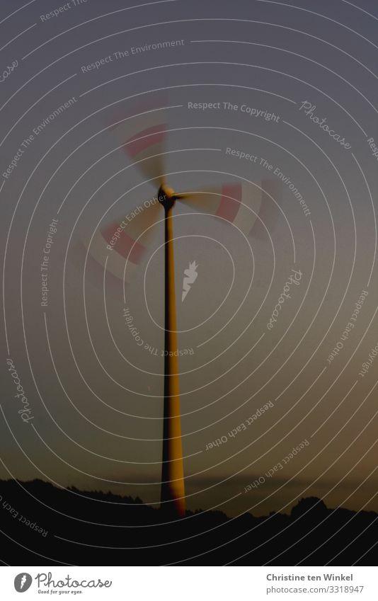 Langzeitbelichtung einer Windkraftanlage in der Dämmerung Technik & Technologie Fortschritt Zukunft Energiewirtschaft Erneuerbare Energie Umwelt Himmel Wolken