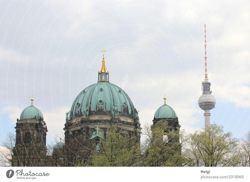 Berliner Dom und Fernsehturm vor wolkigem Himmel Umwelt Natur Wolken Baum Hauptstadt Stadtzentrum Bauwerk Gebäude Architektur Sehenswürdigkeit