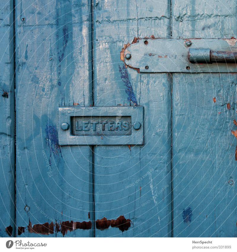 Blue Letters blau alt Stadt Haus Holz Metall Tür authentisch Schilder & Markierungen Schriftzeichen Bauwerk Brief Post Briefkasten Schlitz Holztür