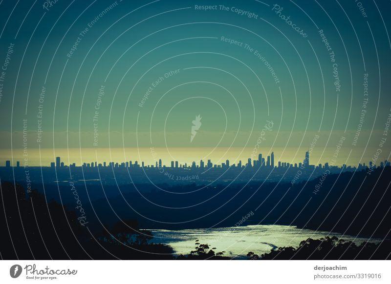 Stadt am Meer  / Surfers Paradise,  im Morgenlicht mit einem kleinen See Hochhäuser Hochhaus Architektur Skyline Himmel modern Menschenleer Großstadt