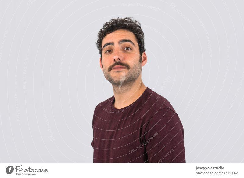 Brauner, lächelnder, gut aussehender Mann mit Schnurrbart 30-45 Jahre T-Shirt Erwachsene attraktiv Beautyfotografie braun Krebs Freizeitbekleidung Textfreiraum