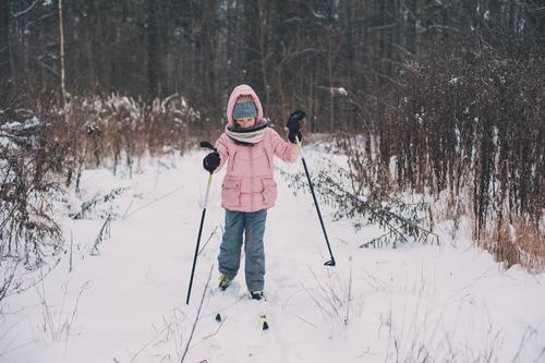 Kind Ferien & Urlaub & Reisen Jugendliche Landschaft Erholung Freude Wald Winter Schnee Sport Glück Freizeit & Hobby wild Aktion Abenteuer Rennsport