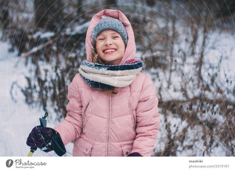 fröhliches Kind Mädchen Skifahren im Winter Schneewald Freude Glück Erholung Freizeit & Hobby Ferien & Urlaub & Reisen Abenteuer Sport Jugendliche Landschaft