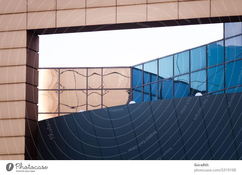 Wandfragment eines modernen blauen Gebäudes Stil Design Haus Büro Business Architektur Fassade Linie einfach gelb weiß Farbe Hintergrund Klotz Großstadt