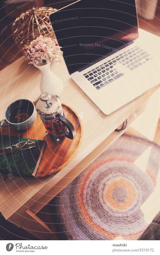 zu Hause mit Laptop, heißem Tee und Notebook entspannen Frühstück Lifestyle Stil Leben Erholung Winter Tisch Arbeit & Erwerbstätigkeit Arbeitsplatz Büro