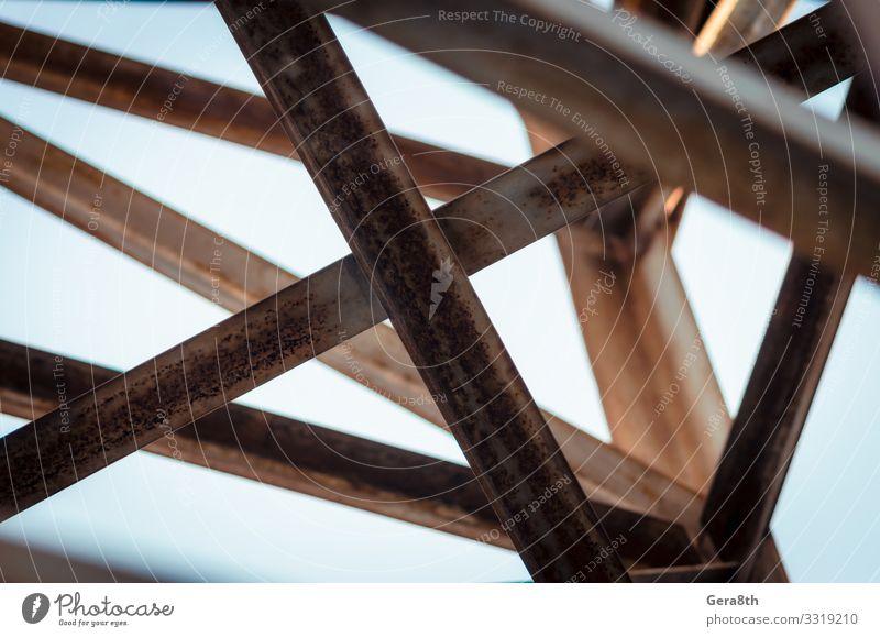 Hintergrund der Metallbalken eines Industriegebäudes in Nahaufnahme Architektur Straßenkreuzung Rost alt Abstraktion Balken Konstruktion Querbalken Geometrie