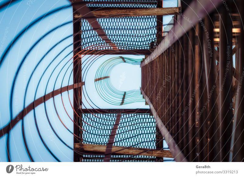 Metallkonstruktion mit Treppenstufen in perspektivischer Ansicht Industrie Architektur Rost alt blau Abstraktion Hintergrund Biegungen Konstruktion Kurven