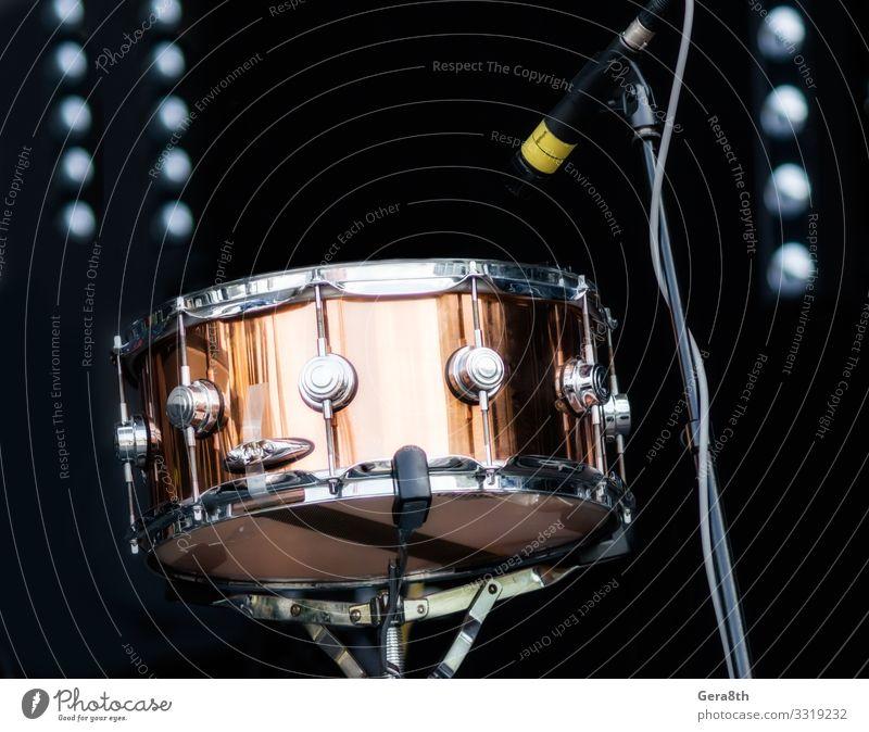Schlagzeug mit Mikrofon auf der Bühne in Nahaufnahme Musik Konzert dunkel Trommel Gerät Instrument Mikrofone Musikinstrument Schlaginstrumente Leistung zeigen
