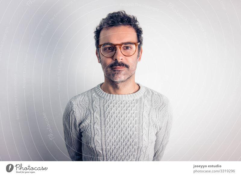 Mann mit Schnurrbart und Brille, der in die Kamera schaut. Erwachsene attraktiv braun Krebs Freizeitbekleidung Kaukasier charmant selbstbewußt Coolness
