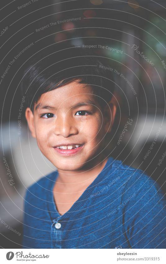 asiatischer Junge allein im Haus Freude Glück Leben Erholung Ausflug Freiheit Sommer Schlafzimmer Kind Mensch Familie & Verwandtschaft Kindheit Lächeln Liebe