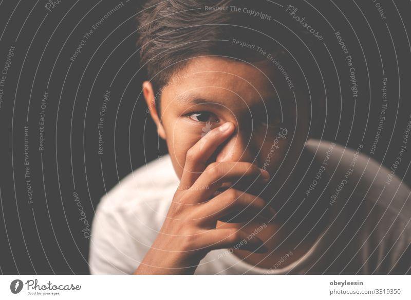 Der junge asiatische Junge bleibt allein und traurig. Kind Schule Schulkind Kindheit sitzen Traurigkeit weinen schwarz Trauer Schmerz Einsamkeit Stress