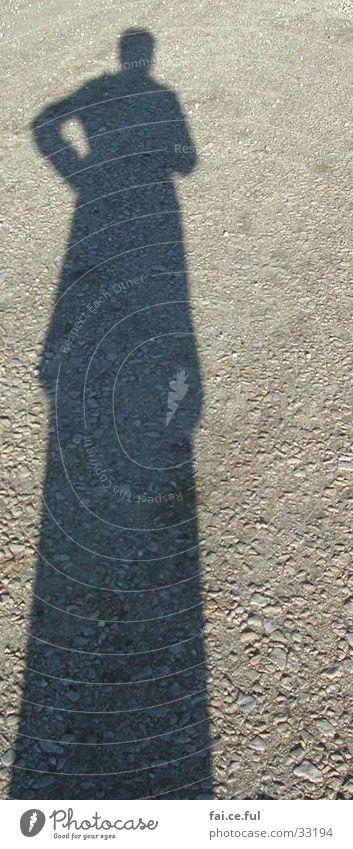 Schattenfrau Frau Mensch Wege & Pfade Kies Nachmittagssonne