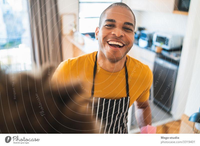 Junger Lateiner staubt sein neues Haus ab. Möbel Arbeit & Erwerbstätigkeit Mann Erwachsene gut Sauberkeit schwarz Haushaltsführung Staubwedel Raumpfleger