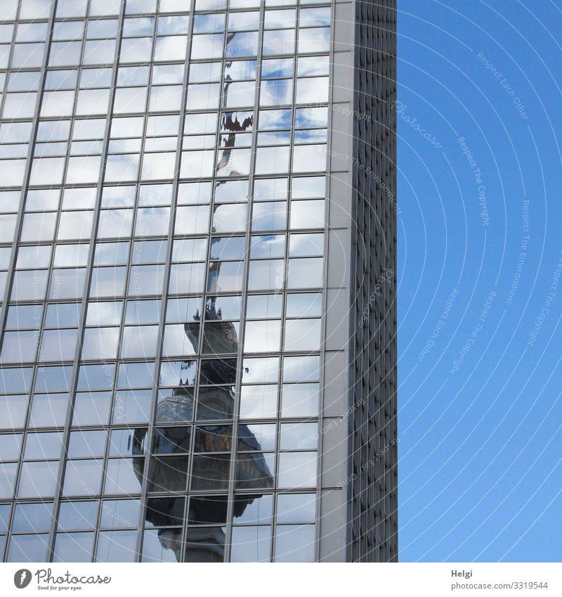gespiegelter Fernsehturm Himmel blau weiß Wolken Fenster Architektur Berlin Gebäude außergewöhnlich Fassade grau Hochhaus stehen groß einzigartig hoch