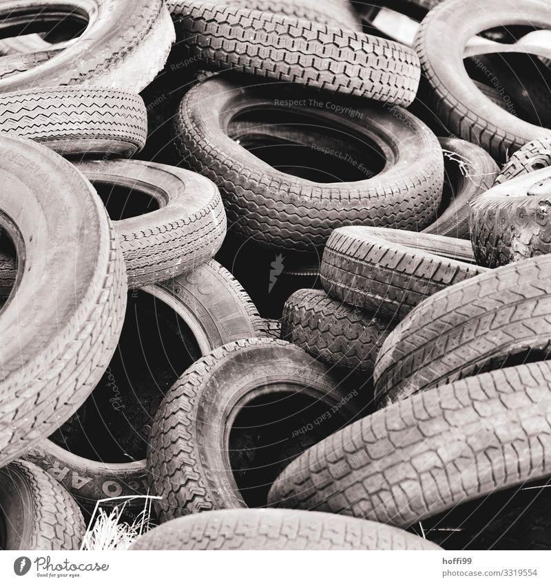 alte Reifen Autoreifen bedrohlich dunkel hässlich kaputt grau ignorant Frustration chaotisch Endzeitstimmung Enttäuschung Sorge Vergänglichkeit Müll