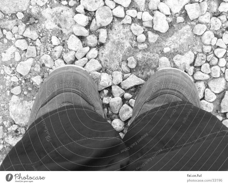 Kleine Füße Vogelperspektive Symmetrie Hose Schuhe Fuß Stein Schwarzweißfoto stehen