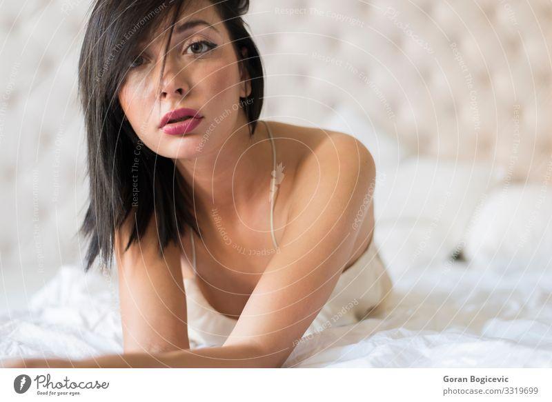 Attraktive Frau im Bett Lifestyle schön Gesicht Schlafzimmer Mensch Junge Frau Jugendliche Erwachsene 1 18-30 Jahre Mode Unterwäsche brünett weiß jung Mädchen