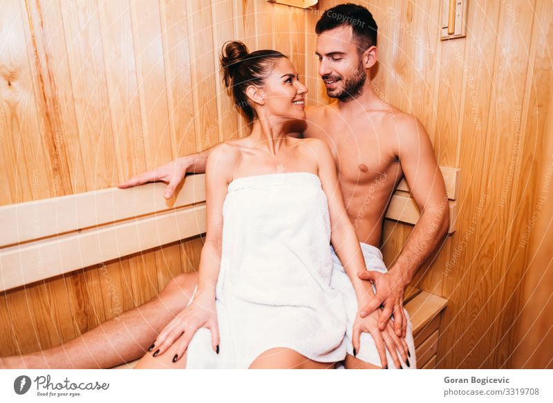 Junges Paar entspannt sich in der Sauna Lifestyle Reichtum schön Körper Haut Behandlung Wellness Erholung Spa Mensch Junge Frau Jugendliche Erwachsene Mann