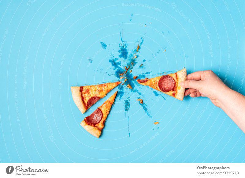 Ein Stück Pizza holen. Ich nehme Pizzasalami. Pizza-Peperoni Teigwaren Backwaren Mittagessen Abendessen Fastfood Fingerfood Italienische Küche Hand lecker blau