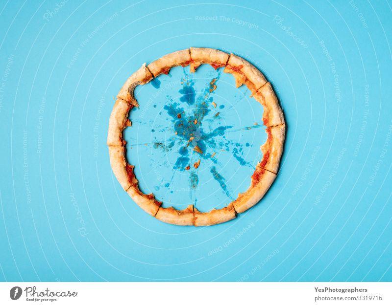 Nur der Pizzaboden. Pizzareste. Konzept der gegessenen Pizza Teigwaren Backwaren Mittagessen Abendessen Diät Fastfood Fingerfood Italienische Küche lecker