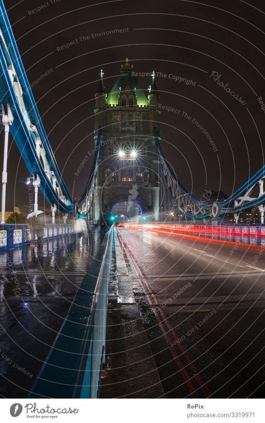 Verkehr auf der Tower Bridge. Lifestyle Stil Design Ferien & Urlaub & Reisen Tourismus Sightseeing Städtereise Nachtleben Erwachsenenbildung Wirtschaft