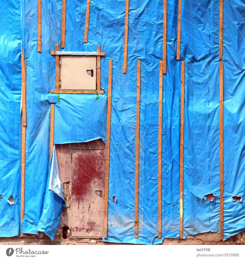 Schutzhülle I Arbeit & Erwerbstätigkeit Handwerker Arbeitsplatz Baustelle Kunststoffverpackung Holz blau braun rot Zerstörung Folie Staub Abrissgebäude Neubau