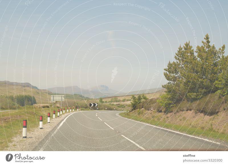 kurvige Landstraße Straße Kurve Ausflug Linksverkehr Landschaftsformen Urlaubsstimmung Schottland