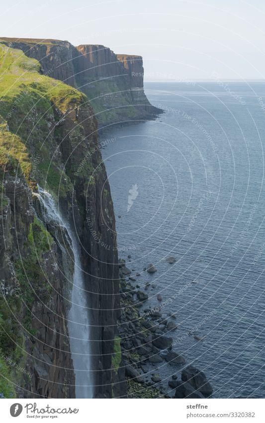 Klippe am Meer mit Wasserfall Steilküste Schottland Isle of Skye Natur Landschaft Urlaubsstimmung