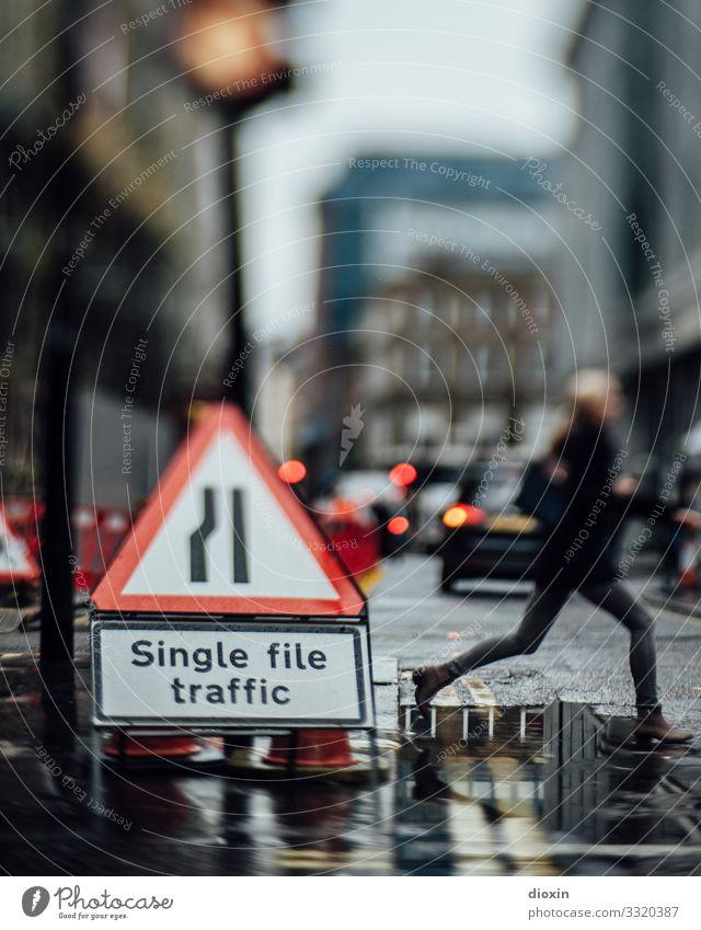 Single file traffic Ferien & Urlaub & Reisen Tourismus Städtereise Mensch androgyn Junge Frau Jugendliche Junger Mann 1 schlechtes Wetter Regen London