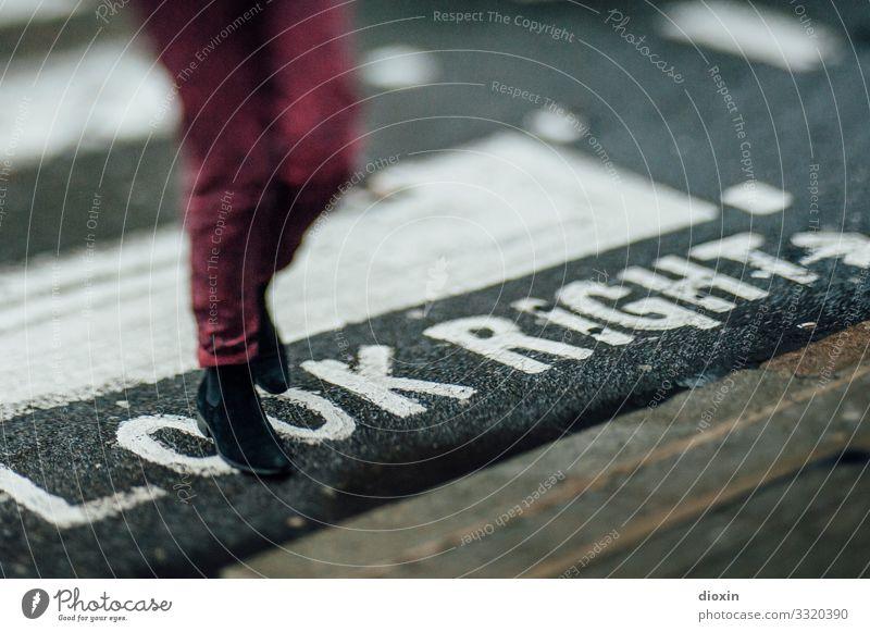 LOOK RIGHT Ferien & Urlaub & Reisen Tourismus Städtereise Mensch Beine Fuß 1 London England Stadt Hauptstadt Stadtzentrum Verkehr Verkehrswege Personenverkehr