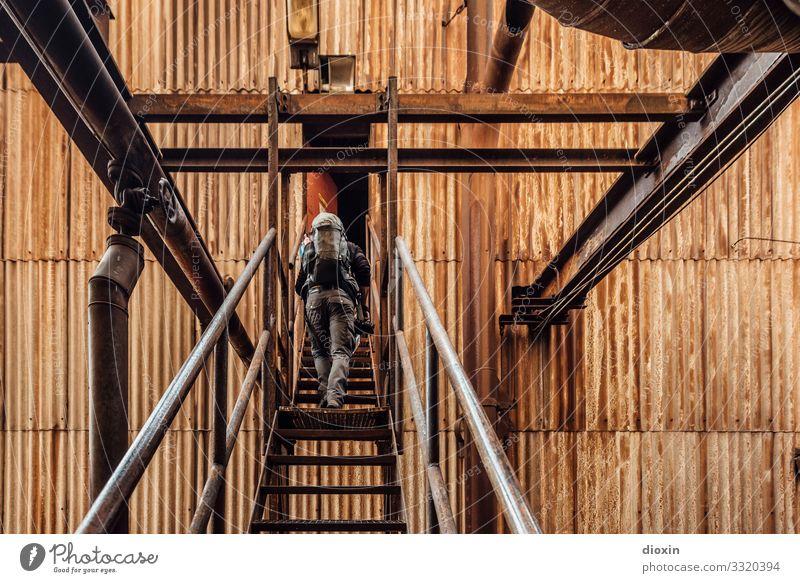 Unknown territories Mensch Jugendliche alt Stadt Junger Mann Erwachsene braun Fassade Treppe maskulin dreckig Abenteuer authentisch Vergänglichkeit