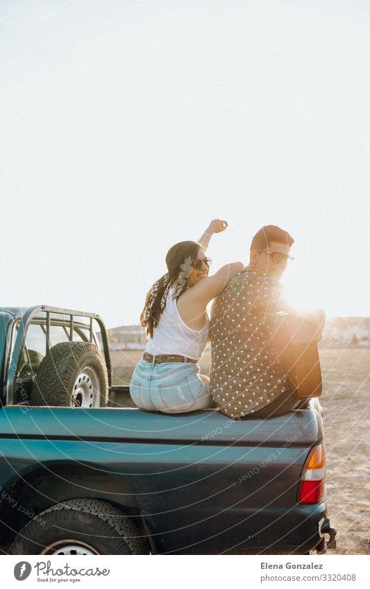 Junge Reisende haben Spaß mit der Gitarre auf dem Autodach Lifestyle Glück schön Ferien & Urlaub & Reisen Tourismus Sommer Sonne Frau Erwachsene Mann Paar
