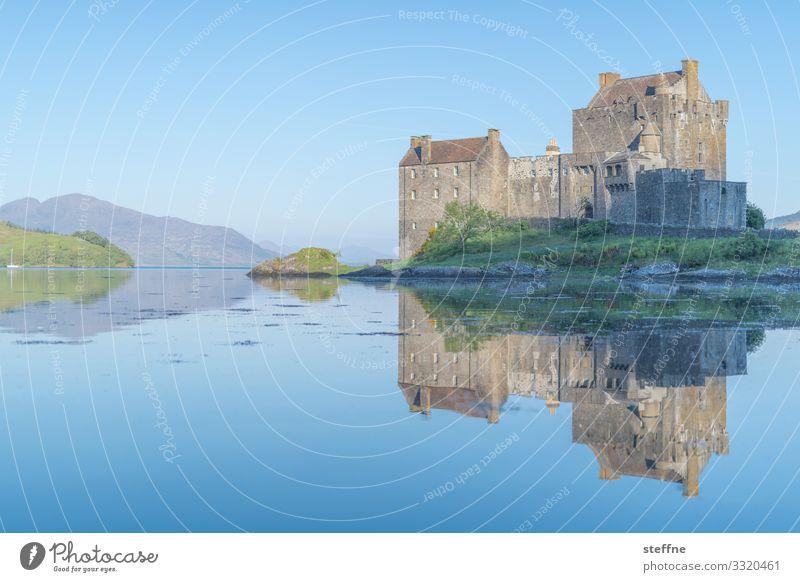 Burg am Wasser bei Sonnenaufgang Meer Schottland Isle of Skye Natur Landschaft Urlaubsstimmung Außenaufnahme Reisefotografie Insel Tourismus Sonnenlicht