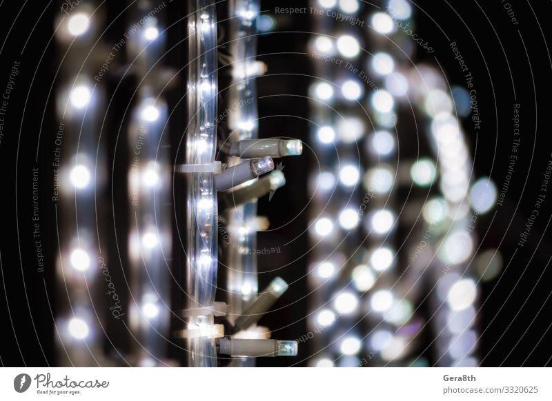 abstraktes Hintergrundmuster kleine Lampen auf schwarzem Hintergrund Straße dunkel blau weiß Leuchtdiode LED-Lampe LED-Leiste Unschärfe schließen Elektrizität