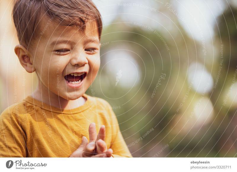 fröhlicher Junge, der draußen im Park spielt Lifestyle Freude Glück Freizeit & Hobby Spielen Kind Mann Erwachsene Familie & Verwandtschaft Freundschaft Kindheit