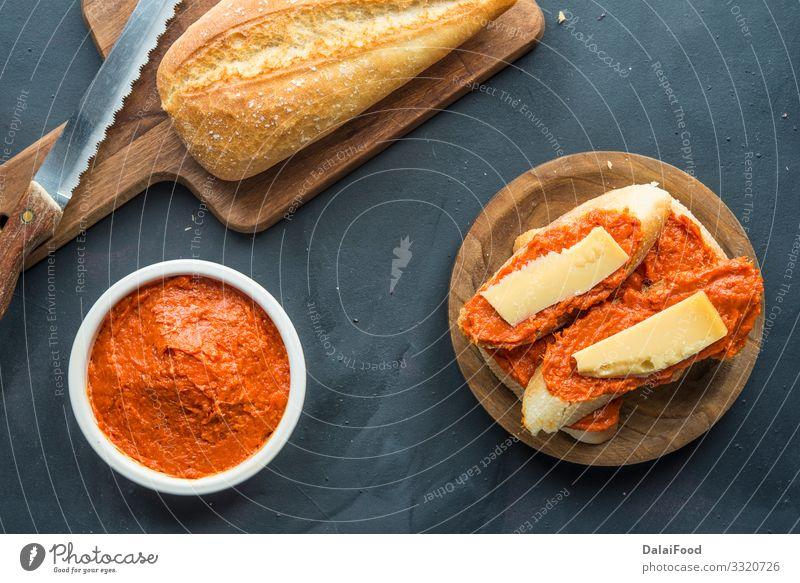 Sobrasada mit Brot und Parmesan typisch mallorquinisch spanisch Fleisch Wurstwaren Käse Essen Restaurant Tradition Aperitif Amuse-Gueule Spieße Chorizo