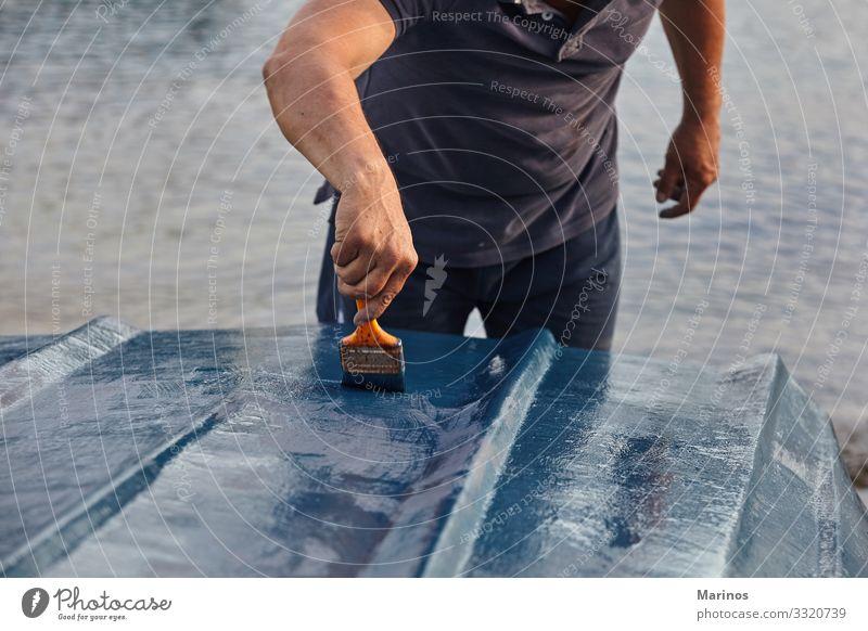 Mann malt Boot mit blauer Farbe. Design Meer Handwerk Mensch Erwachsene Kunst Wasserfahrzeug Kreativität Pinselblume Halt Bürste Malerei Künstler Palette