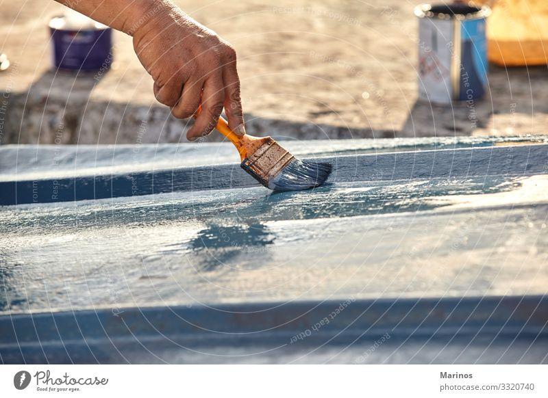 Nahaufnahme einer Hand, die einen Pinsel mit blauer Farbe hält. Design Meer Handwerk Mensch Erwachsene Kunst Wasserfahrzeug Kreativität Pinselblume Halt Bürste