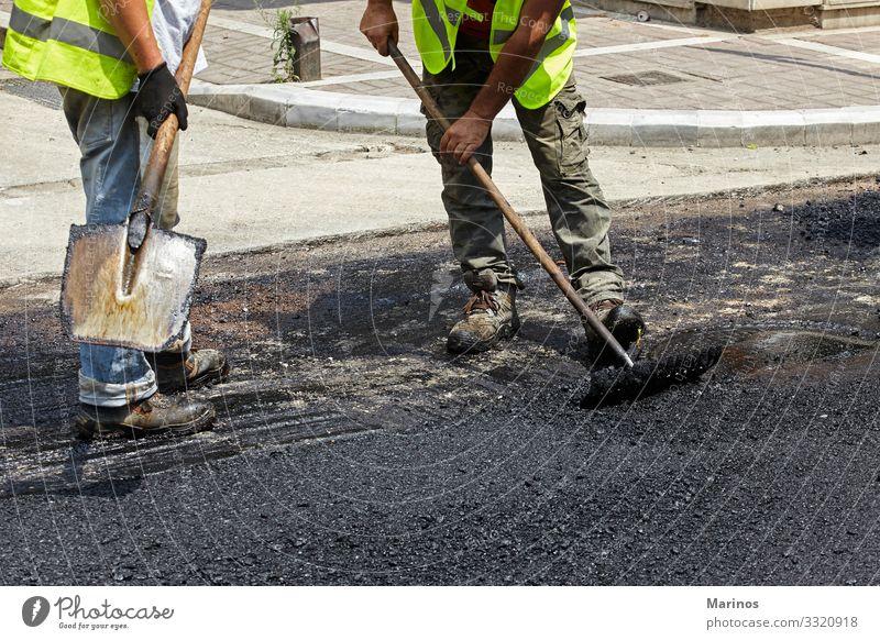 Arbeiter mit Asphaltfertigerwerkzeugen beim Straßenbau. Arbeit & Erwerbstätigkeit Industrie Maschine Gebäude Verkehr Autobahn Fahrzeug neu Konstruktion