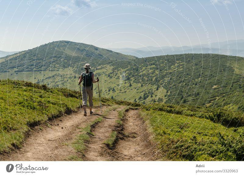 Die junge Frau auf dem Weg zum Gipfel des Berges. Lifestyle Erholung Ferien & Urlaub & Reisen Tourismus Ausflug Abenteuer Berge u. Gebirge wandern Sport Mensch