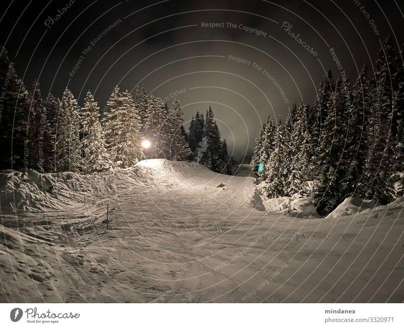 Nacht-Piste Wintersport Skifahren Skier Snowboard Skipiste Nachthimmel Schnee Alpen Berge u. Gebirge grau schwarz weiß Ferien & Urlaub & Reisen Tourismus