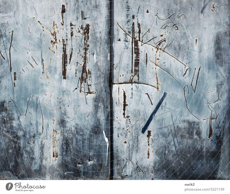 Große Klappe Blech zerkratzen Metall alt trashig grau-blau blau-grau Kratzer Kratzspur Zahn der Zeit Farbfoto Außenaufnahme Detailaufnahme abstrakt