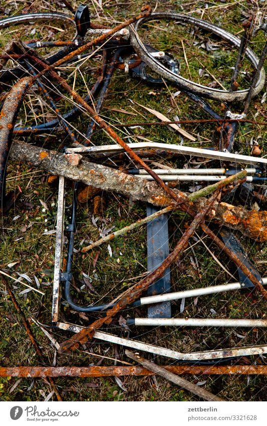 Fundstücke aus Rost Schrott Eisen Fahrrad finden Metall Metallwaren metallhaltig Stahl Teile u. Stücke Müll Sauberkeit Reinigen Ordnung Umweltschutz
