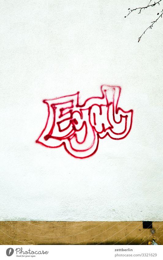Egal Wort beschmiert Gleichgültigkeit sprühen gesprüht Graffiti Meinung Meinungsfreiheit Sachbeschädigung Tagger taggen Schlagwort Vandalismus Wand Mauer Haus