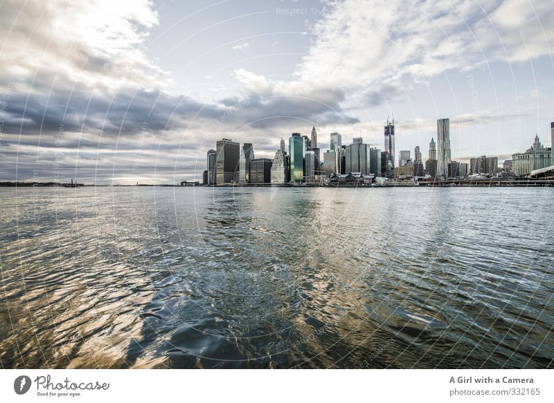 Heavy Metal NYC Stadt Horizont glänzend Hochhaus Bankgebäude Skyline Stadtzentrum dramatisch New York City Hafenstadt Stadtrand Manhattan bevölkert