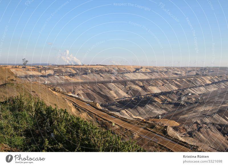 tagebau Energiewirtschaft Windkraftanlage Kohlekraftwerk Umwelt Landschaft Erde Klima Klimawandel bedrohlich gigantisch groß braun verschwenden Frustration