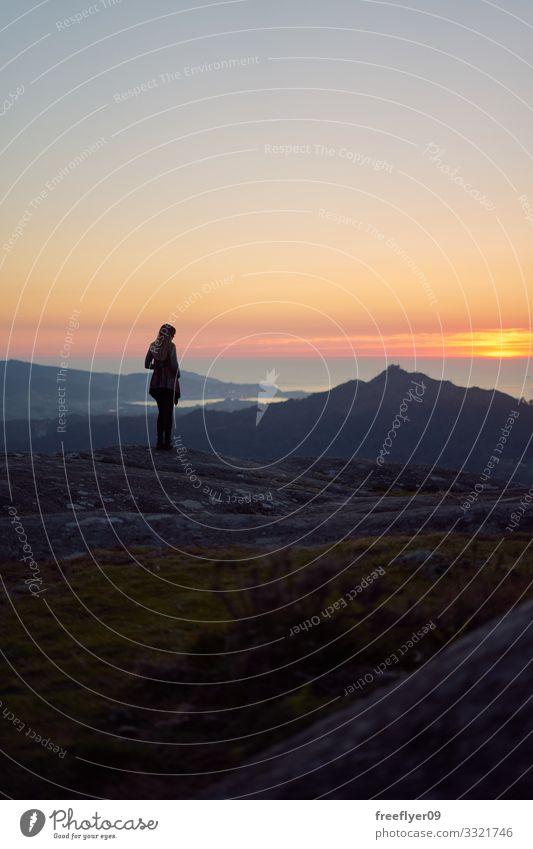Silhouette einer Frau, die den Sonnenuntergang betrachtet Lifestyle Erholung Ferien & Urlaub & Reisen Tourismus Ausflug Abenteuer Ferne Freiheit Sightseeing