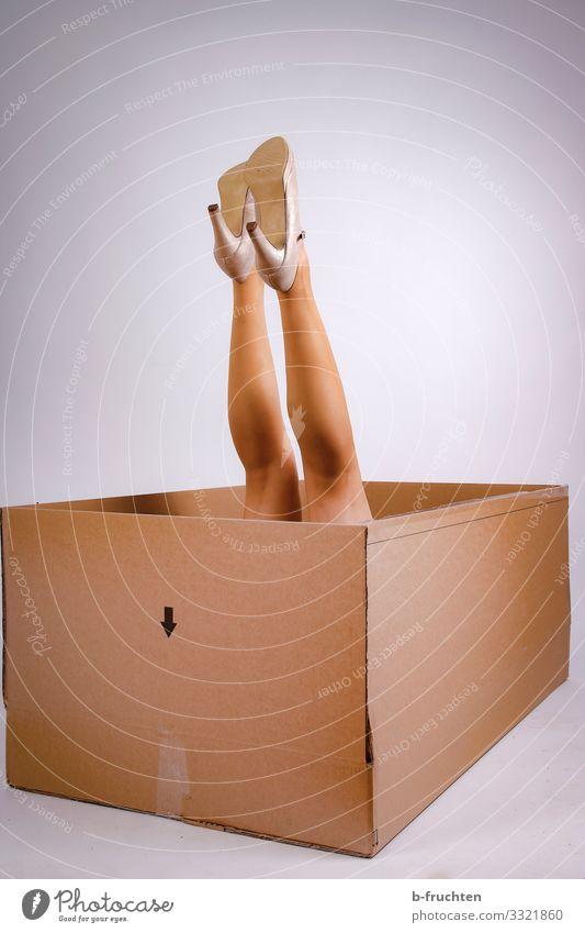 auspacken Lifestyle kaufen elegant Stil Freude schön Wirtschaft Business feminin Frau Erwachsene Beine Strumpfhose Schuhe Damenschuhe Verpackung Paket wählen